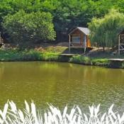 Lacul Sânmărghita, deschis pentru pescuit – cabane moderne, pontoane, lac populat cu pește